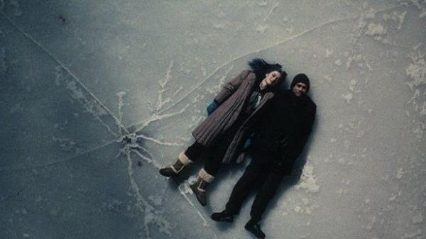 Пара лежит на льду
