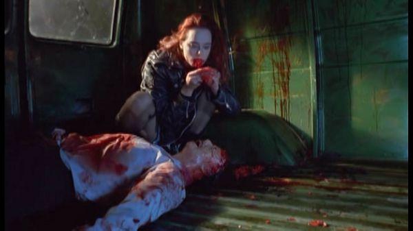 Зомби ест человека