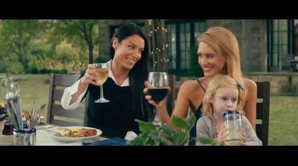 Женщины пьют вино