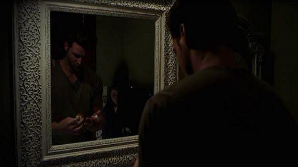 Мужчина в зеркале