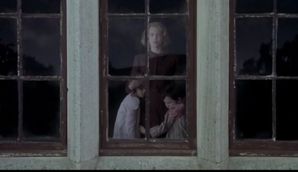 Семья за окном