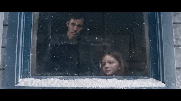 Лу с отцом в окне