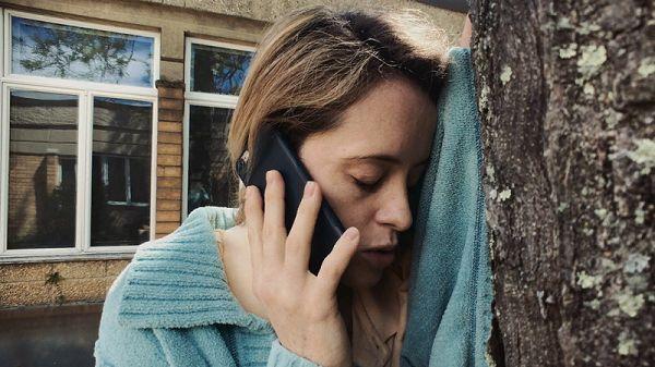 Женщина говорит по телефону