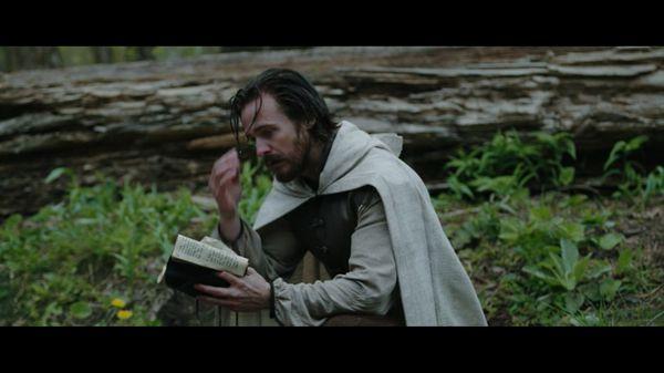 Матео читает книгу