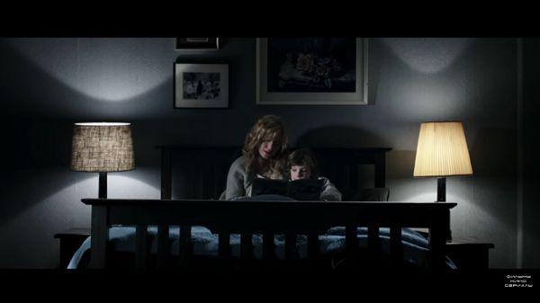Мать читает сыну книгу